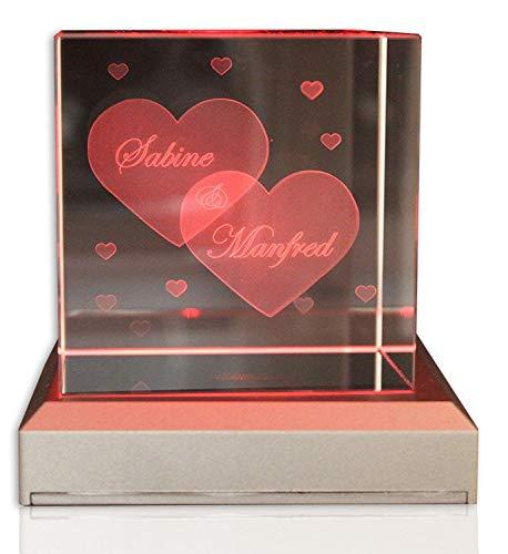VIP-LASER Glaswürfel XL mit zwei großen Herzen und kleineren Herzen graviert. Wir gravieren auch noch Deine Wunschnamen kostenlos ein - das ideale Partner Geschenk zum Valentinstag, Jahrestag oder zur Verlobung! (mit LED-Leuchtsockel Schwarz)