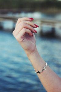 ein armband mit kreuzen