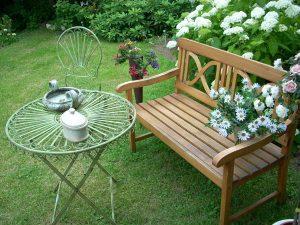 Eine Gartenbank als personalisierte Hochzeitsbank