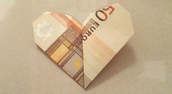 Geldschein als Geschenk zu einem Herz falten