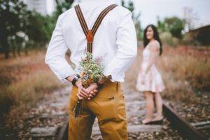 Blumen schenken als Liebesbeweis