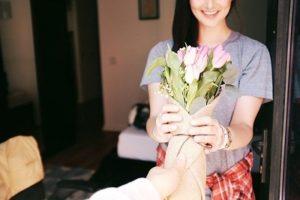 Blumengeschenk für die Frau