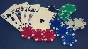 Pokerchips und Spielkarten